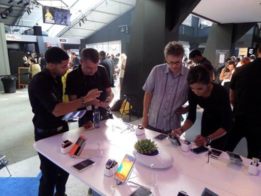 삼성 갤럭시 라운지를 방문한 사람들이 갤럭시 제품을 체험하고 있습니다.