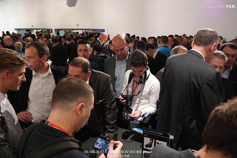 갤럭시 기어에 관심을 보이는 전세계 미디어 기자들 이미지입니다.