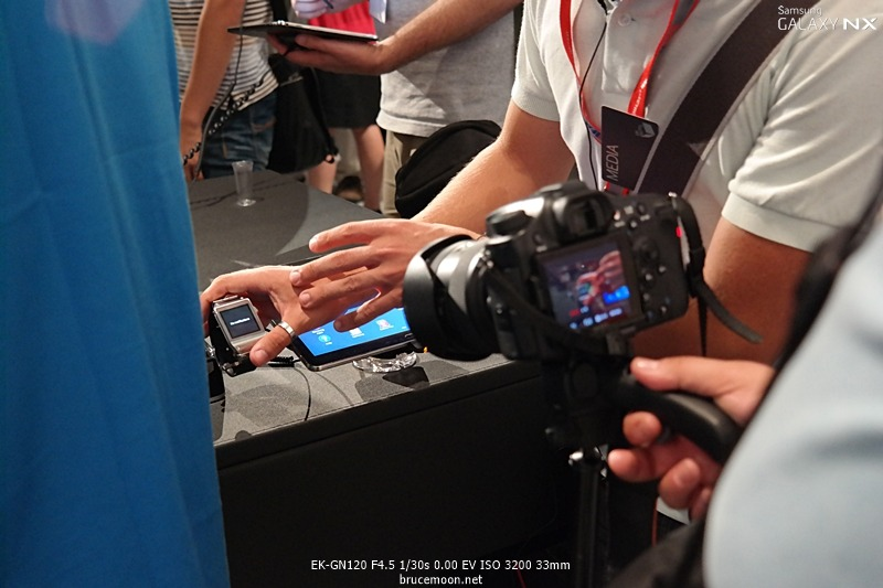 갤럭시 기어를 촬영하는 이미지입니다.
