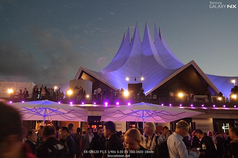 독일 베를린에서 열리는 삼성 언팩 공연장의 저녁 전경입니다.