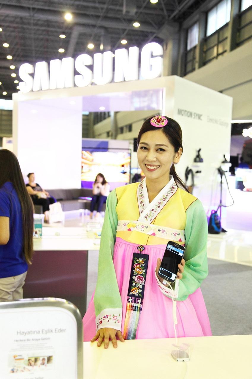 삼성전자가 터키 이스탄불에서 열리고 있는 '이스탄불-경주세계문화엑스포 2013' 기간 중에 실시된  '2013 이스탄불 한국상품전'에 참가해 '갤럭시 S4'를 선보였다.