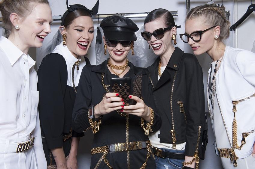 백스테이지에서 모델들이 갤럭시 노트 3와 갤럭시 기어를 착용한 채   패션쇼를 준비하는 모습입니다.