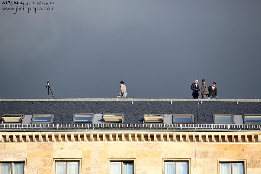 행사장 건너편 옥상에서 취재를 하고 있는 외국의 언론입니다.