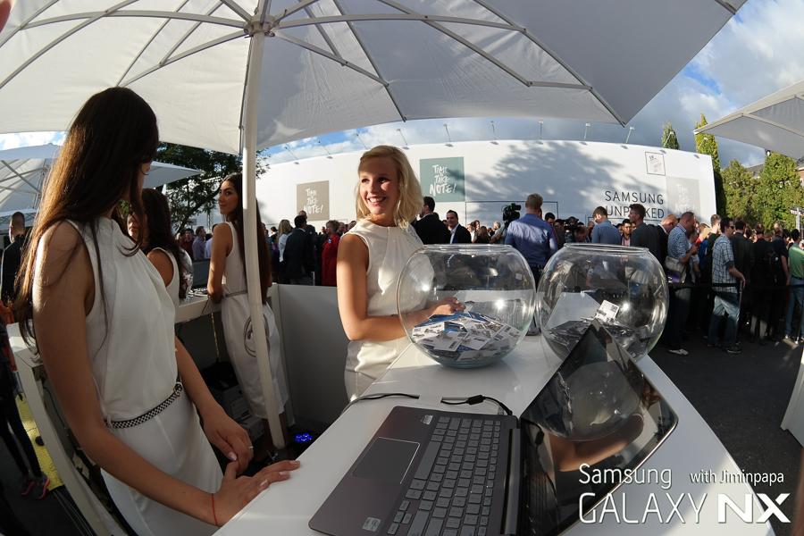 삼성 모바일 언팩 행사에서 모델들이 손님을 맞고 있습니다.