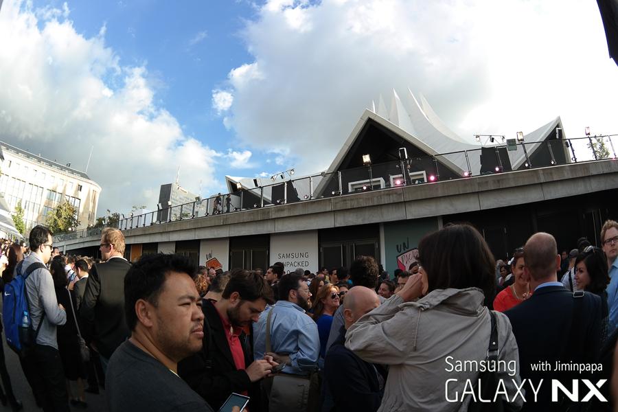 삼성 모바일 언팩 행사에 참가하는 기자와 관객들이 입장을 기다리고 있습니다.
