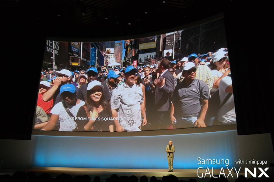 뉴욕에 설치된 삼성 모바일 언팩 행사장의 모습이 라이브로 스크린에 투사됩니다.