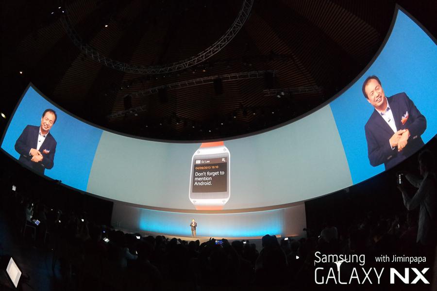 대형 스크린을 통해 갤럭시 기어가 소개되고 있습니다.