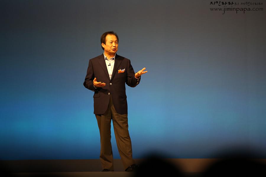 삼성전자 신종균 사장이 삼성 모바일의 신제품을 발표하고 있습니다.