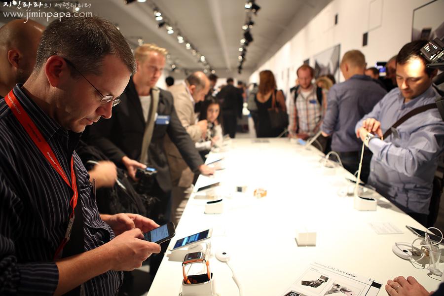 관람객들이 삼성 모바일의 신제품을 체험하고 있습니다.