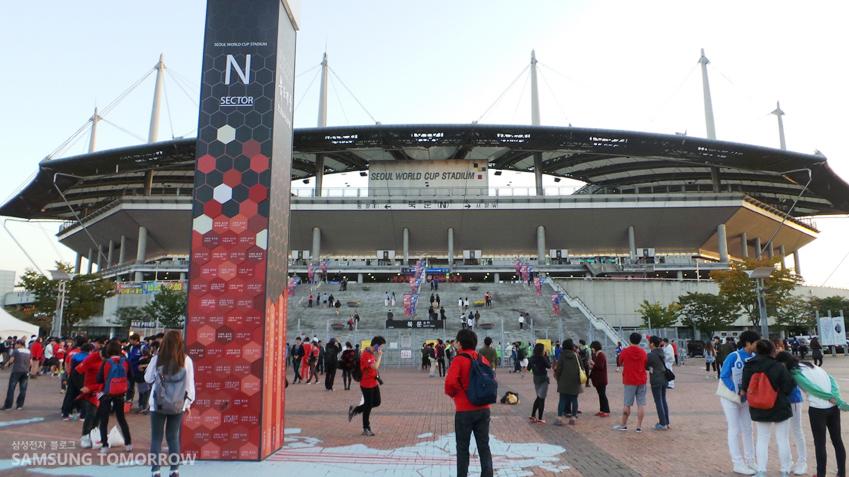 대한민국 대 브라질 경기가 열린 상암월드컵경기장입니다.
