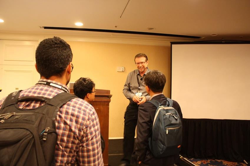 강의가 끝나고 세션 참가자들이 앞으로 나와서 Mike Darnell에게 질문하고 있습니다.