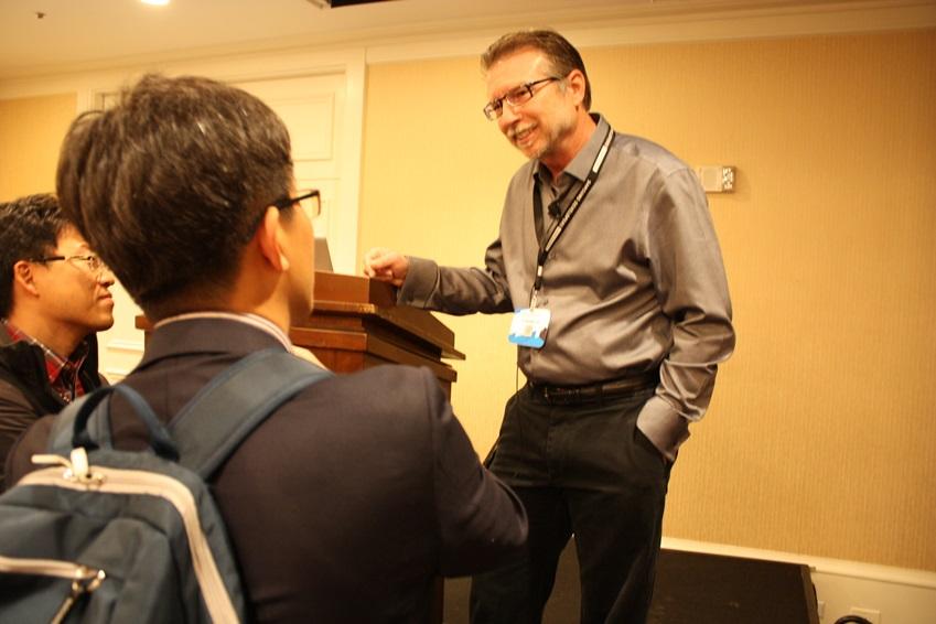 Mark Darnell이 세션 참가자들과 이야기를 나누고 있습니다.