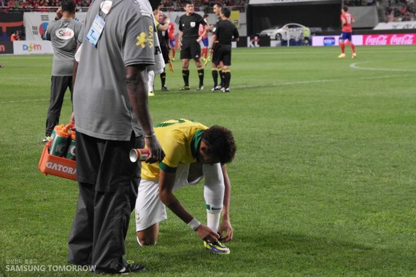 경기 시작 전 브라질 선수 네이마르가 신발끈을 매고 있습니다.