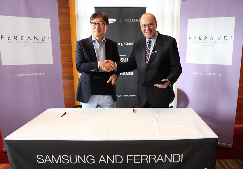 삼성전자 CE부문 윤부근 대표(왼쪽)와 프랑스 국립요리학교 페랑디(Ferrandi) 이사장   조지 넥투(George Nectoux)(오른쪽)가 협약을 체결하고 있습니다.