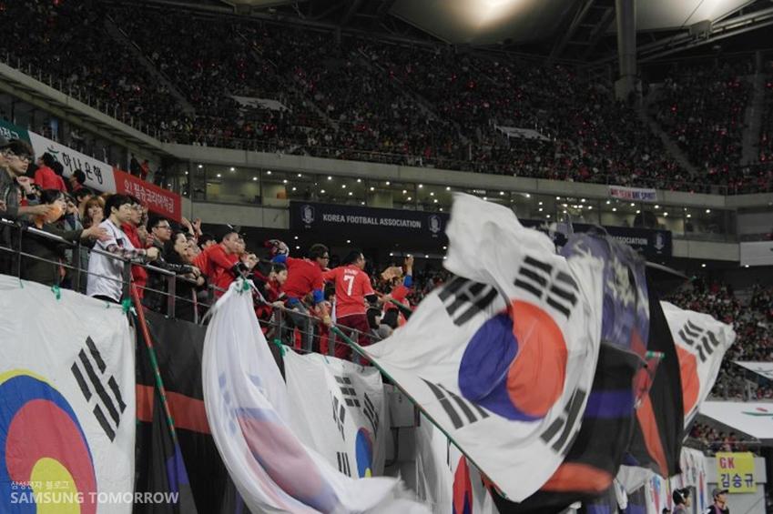 열정적으로 응원 중인 붉은 악마입니다.