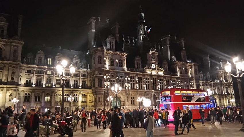 2013 nuit blanche의 축제 장소 파리시청 앞입니다.