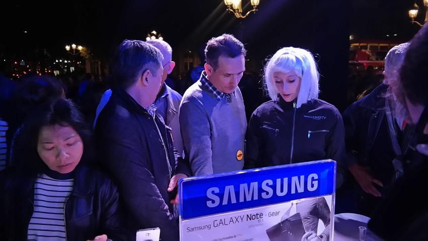 2013 nuit blanche의 삼성전자 체험 부스에서 삼성전자 제품을 체험해보고 있는 방문객들입니다.