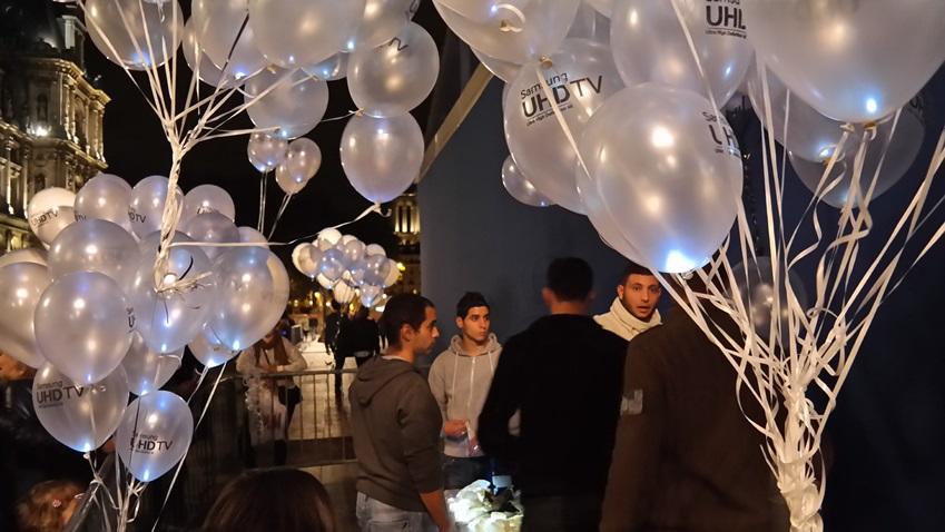 2013 nuit blanche의 현장 모습입니다. 삼성전자 UHD TV 로고가 새겨져 있는 빛이 나는 풍선입니다.