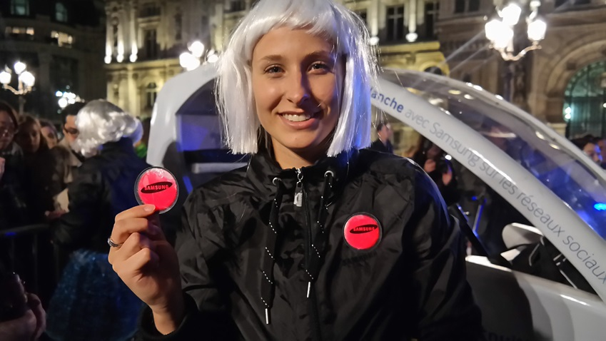 2013 nuit blanche의 현장 모습입니다. 방문객들에게 삼성전자 야광 뱃지를 나눠주고 있습니다.