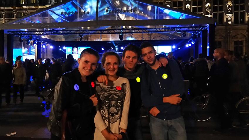 2013 nuit blanche의 현장 모습입니다. 방문객들이 삼성전자 야광 뱃지를 착용하고 있습니다.