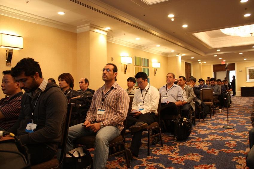 강연을 경청하고 있는 참가자들의 모습입니다.