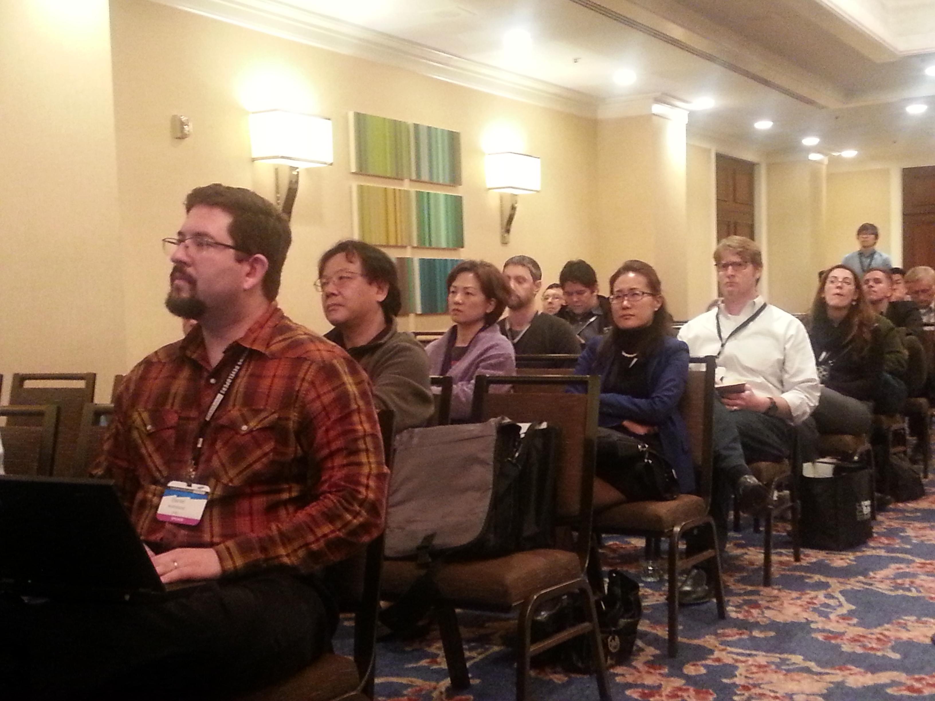 세션을 경청하는 참가자들의 모습입니다.