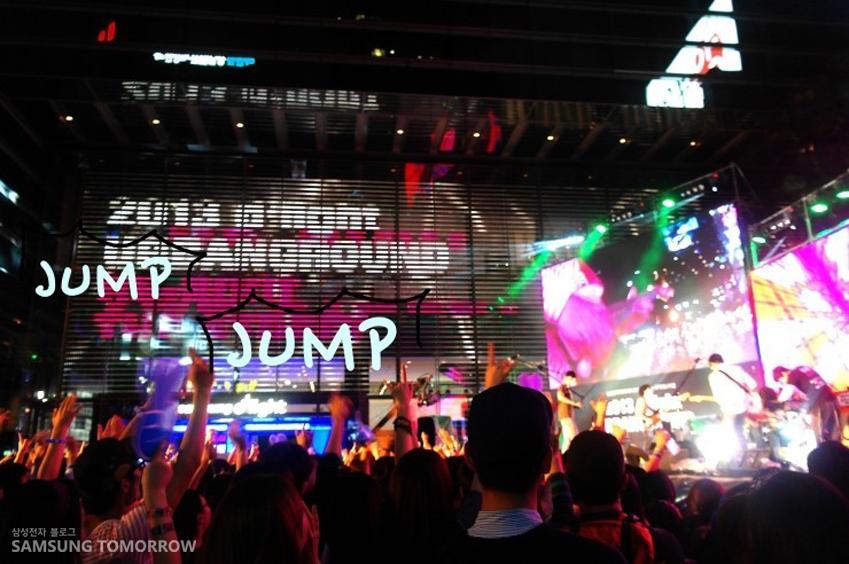딜라이트 어반그라운드를 즐기고 있는 사람들의 모습입니다. JUMP JUMP!!