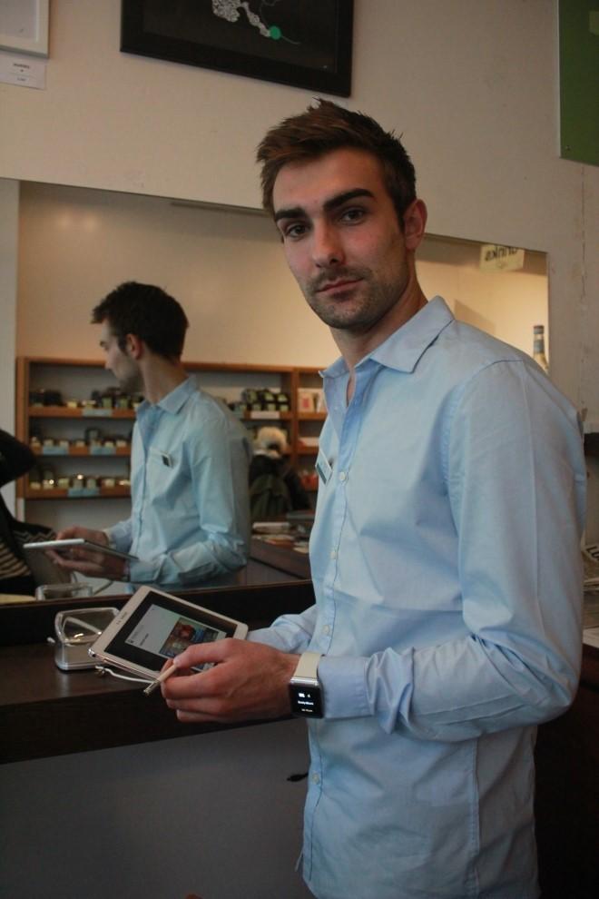행사를 진행하는 삼성전자 브랜드 프로모터의 모습입니다.