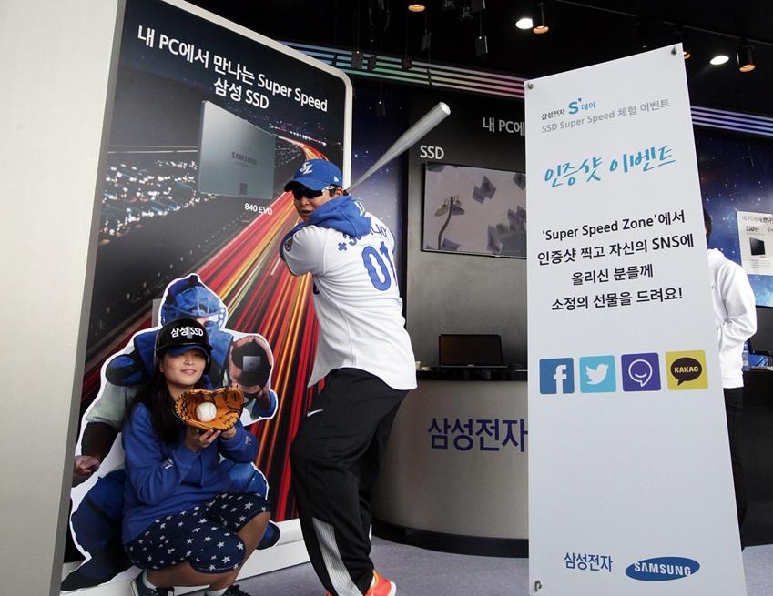 잠실야구장을 찾은 야구팬이 삼성 SSD 슈퍼 스피드존 이벤트에 참여 중입니다.