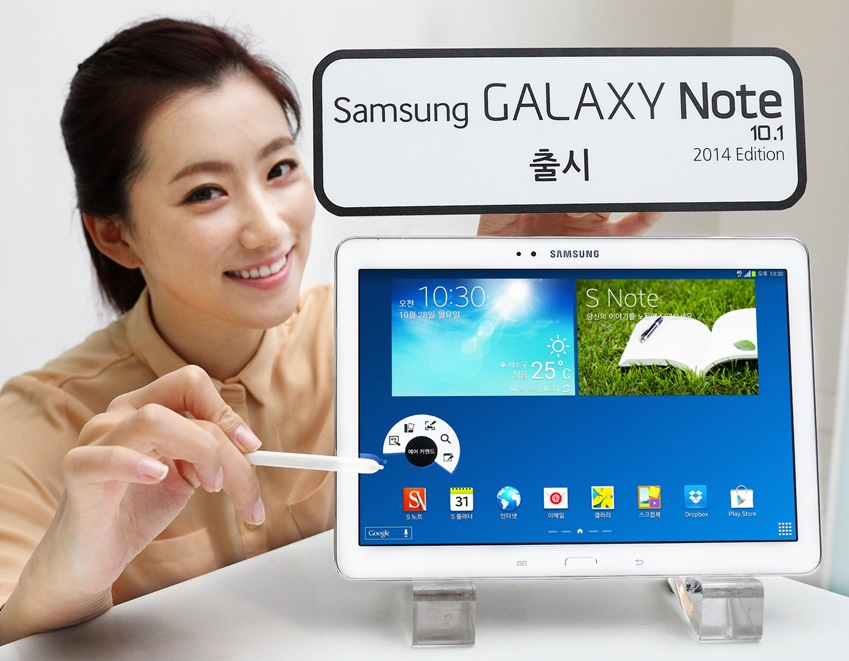 삼성전자 모델이 갤럭시 노트 10.1 2014 에디션을 홍보하고 있습니다.
