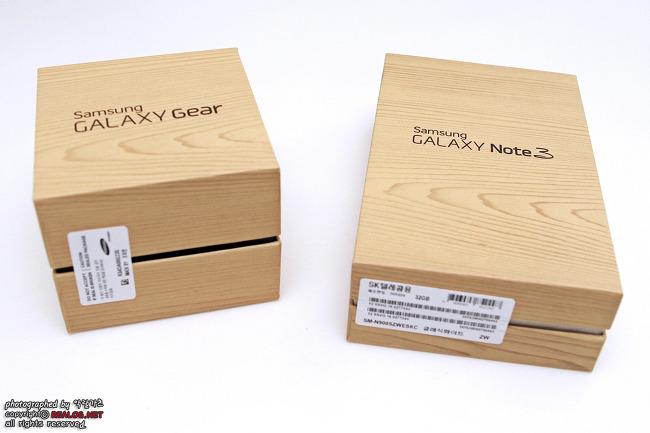 갤럭시 노트 3와 갤럭시 기어의 박스입니다.