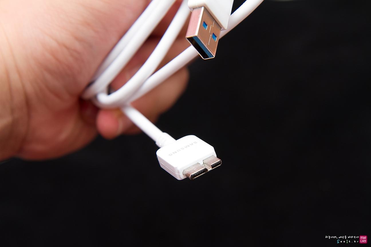 패키지 구성품에 포함된 USB 3.0 케이블입니다.