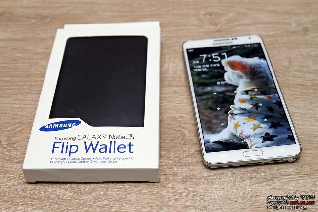 갤럭시 노트 3의 액세서리인 Flip Wallet입니다.