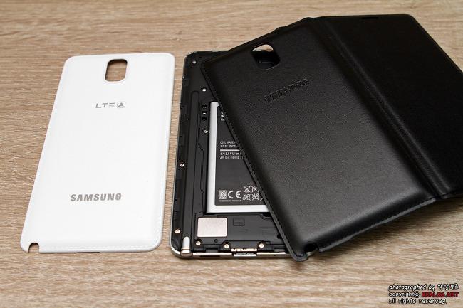 갤럭시 노트 3의 배터리 커버를 분리하고 Flip Wallet을 씌워보겠습니다.