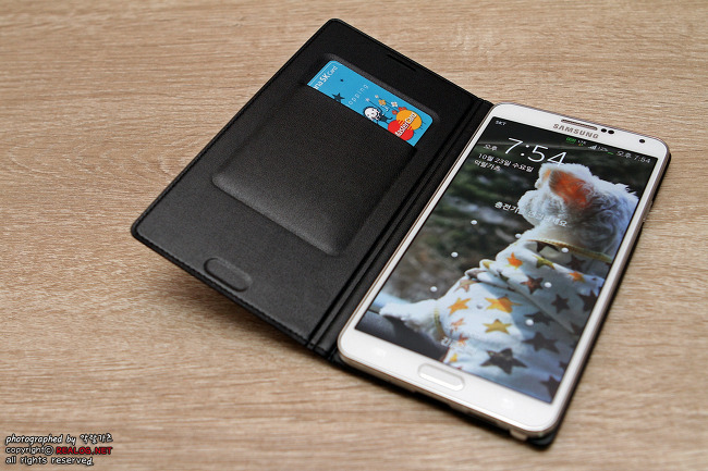 갤럭시 노트 3에 Flip Wallet을 씌운 모습입니다.