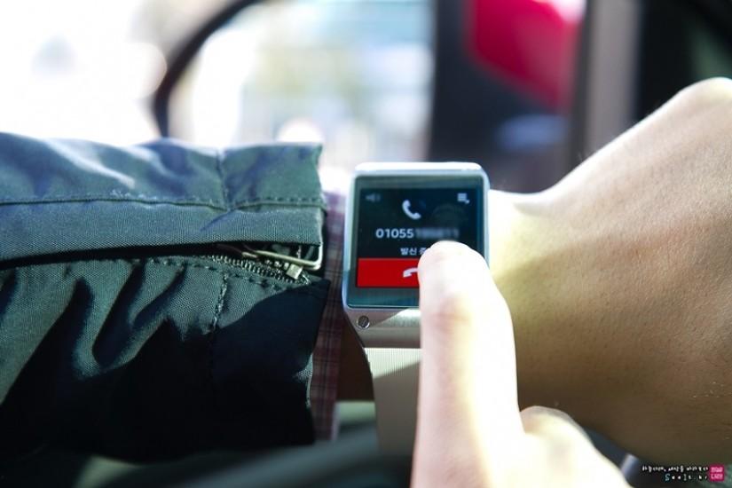 운전중 갤럭시 기어로 통화를 하는 이미지입니다.