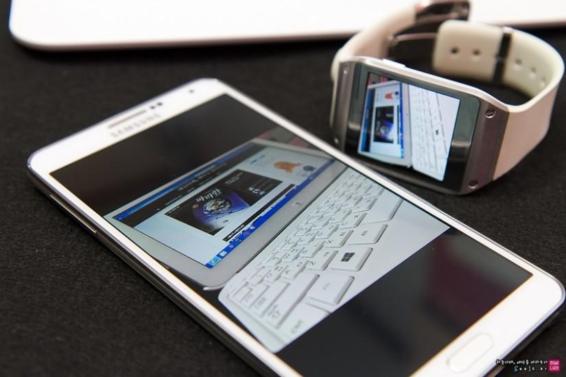 갤럭시기어에서 촬영한 사진을 갤럭시노트3로 바로 전송해 확인하는 이미지입니다.