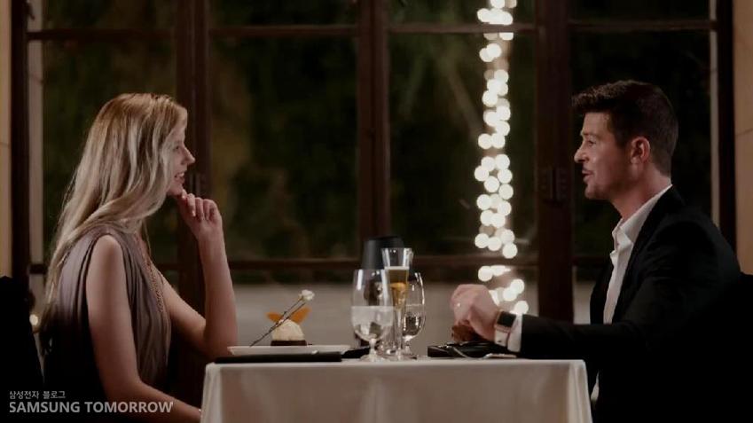 여자친구와 마주보고 앉은 로빈의 모습입니다.