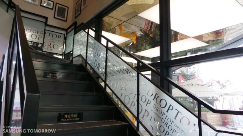 카페드롭탑 2층으로 가는 계단입니다