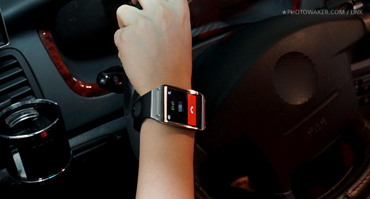 갤럭시 기어를 이용해 핸즈프리로 운전 중에도 통화를 할 수 있습니다.
