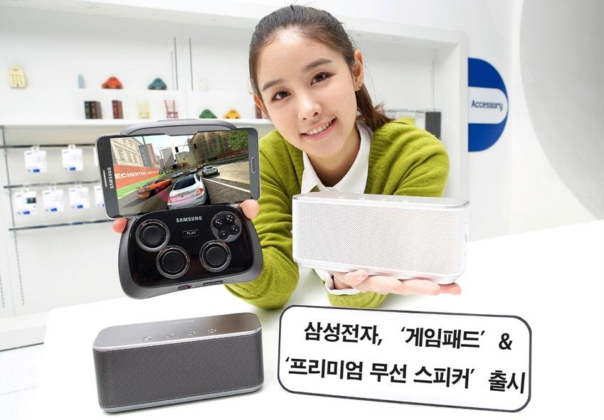 삼성전자가 스마트폰과 태블릿 등 스마트 기기 사용자들에게 새롭고 즐거운 사용자 경험을 제공하기 위해 게임 패드(모델명: EI-GP20)와 프리미엄 무선 스피커(모델명: EO-SB330)를 출시합니다. 사진은 삼성전자 모델이 서울 삼성동 코엑스 갤럭시존에서 신제품 모바일 액세서리들을 소개하는 모습입니다.
