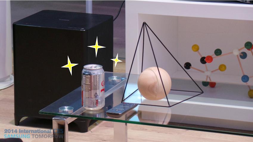 '홈 뷰' 기능을 이용해 집안의 상황을 살펴보는 사진입니다.