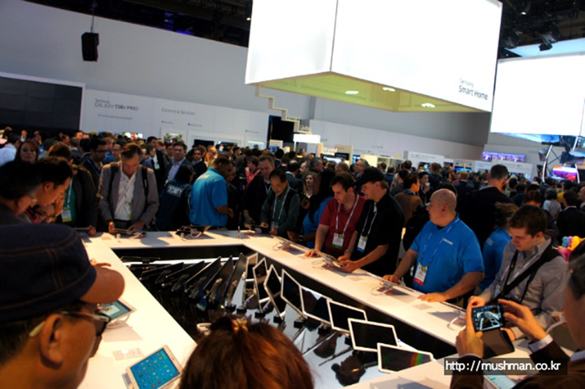 갤럭시노트 프로와 갤럭시탭 프로를 구경하는 사람들의 모습입니다.