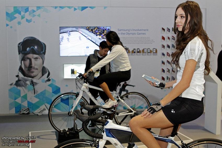 갤럭시 기어 + 노트3와 연동된 트렉사 자전거를 타고있는 모델 사진입니다.