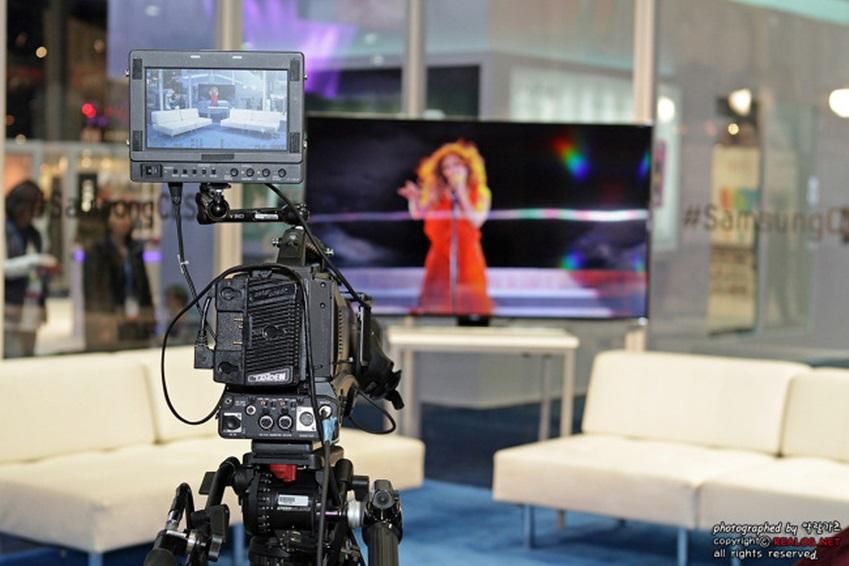 라운지 한편에 인터넷 방송을 위한 스튜디오 사진입니다.