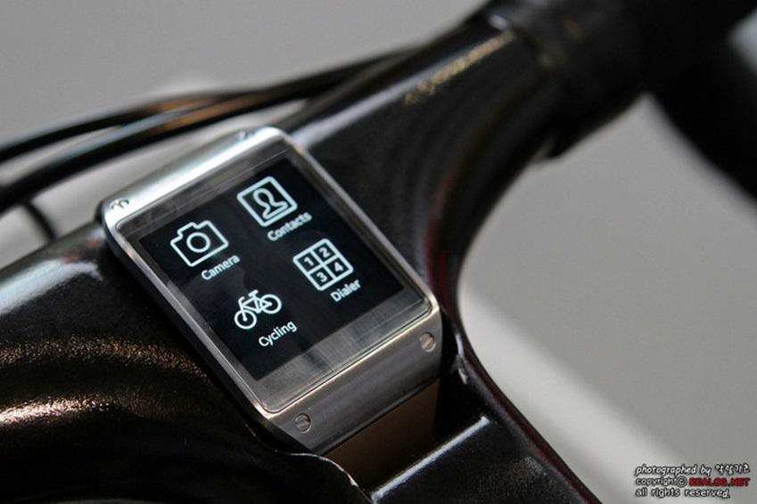 갤럭시 기어 & 노트3와 연동된 트렉사 커넥티드 자전거 사진입니다.