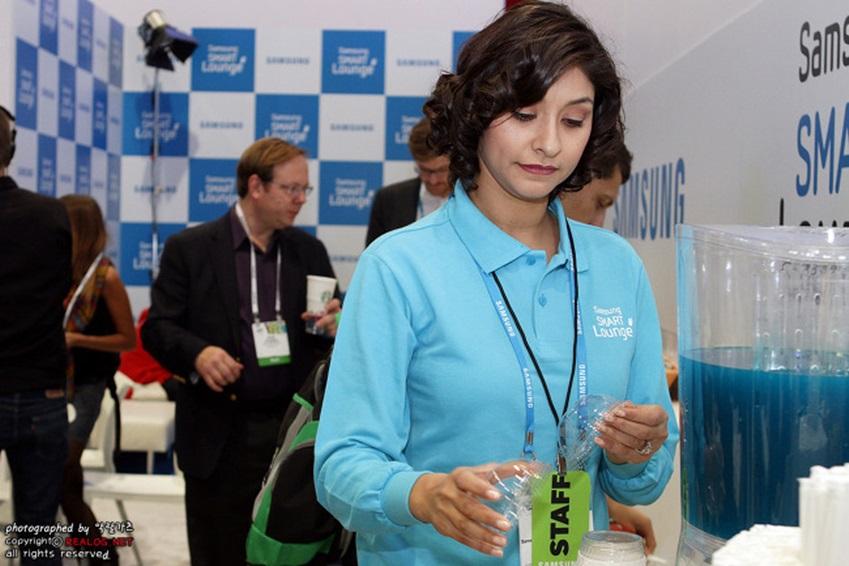삼성 스마트 라운지에서 지친 이용객들을 위해 무료로 음료와 스낵을 제공하는 사진입니다.