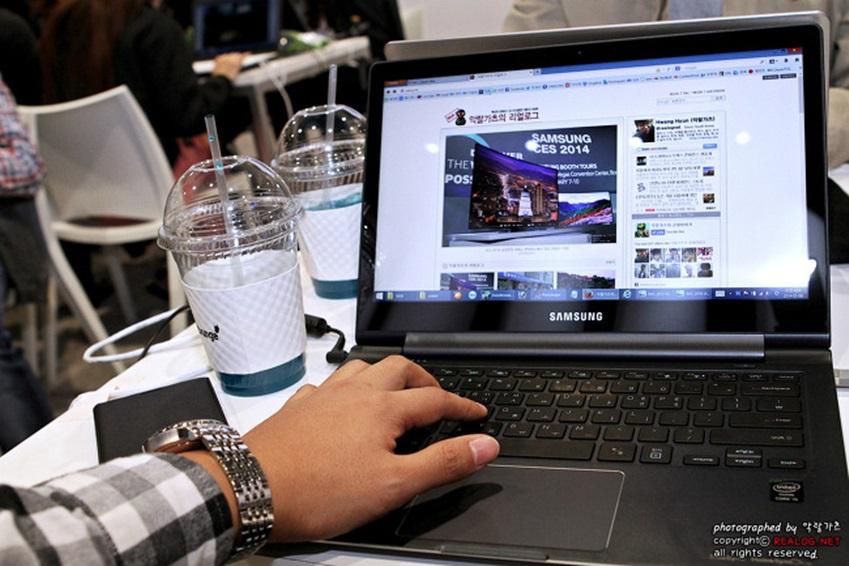 CES2014 전시회에 대한 포스팅을 하고 있는 사진입니다.