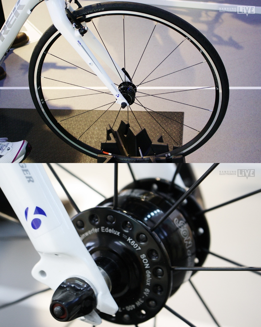 Commute Bike의 앞 바퀴를 보면 이렇게 충전 장치 모습입니다.