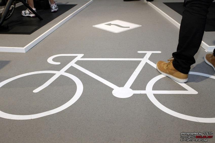 갤럭시 기어 + 노트3와 연동된 트렉사 자전거 부스 바닥 사진입니다.